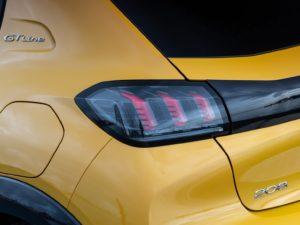 Peugeot 208 2019 faro trasero fondo negro