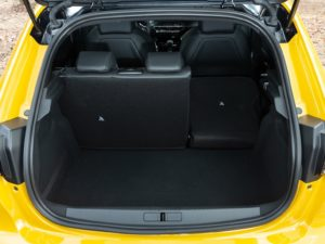 Peugeot 208 2019 maletero con un asiento abatido