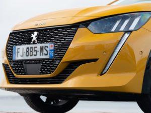 Peugeot 208 2019 parrilla frontal de cerca