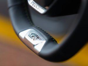 Peugeot 208 2019 volante de cuero GT pespuntes
