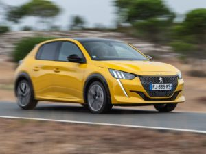 Peugeot 208 2020 amarillo en movimiento