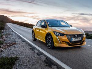 Peugeot 208 2020 amarillo gt line en una carretera