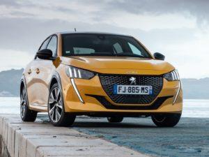 Peugeot 208 2020 amarillo por delante