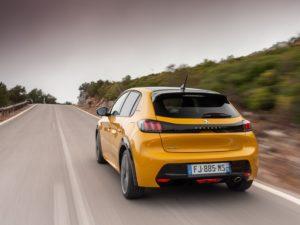 Peugeot 208 2020 amarillo trasera