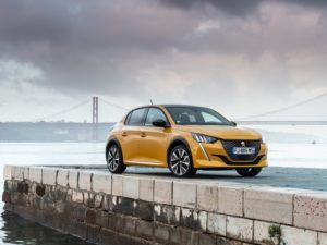 Peugeot 208 2020 amarillo vista lateral frontal