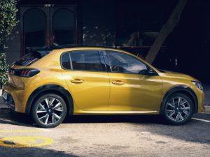 Peugeot 208 2020 aparcado en la ciudad