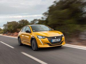 Peugeot 208 2020 en marcha por carretera