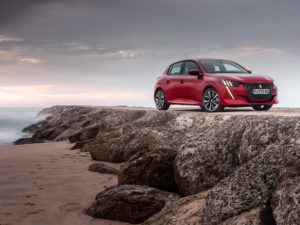 Peugeot 208 2020 rojo en la playa