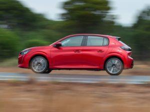 Peugeot 208 2020 rojo lateral