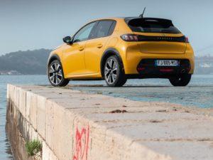 Peugeot 208 2020 trasera amarillo