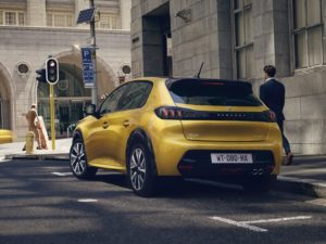 Peugeot 208 2020 trasera en la ciudad