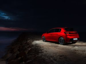 Peugeot 208 2020 viendo las estrellas