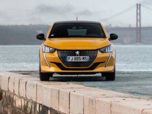 Peugeot 208 2020 vista de frente