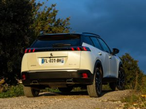 Peugeot 2008 2020 amanecer por detras blanco