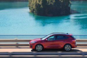 Ford Kuga 2020 cruzando un puente por un lago