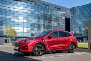 Ford Kuga 2020 hibrido enchifable cargando en el tranajo