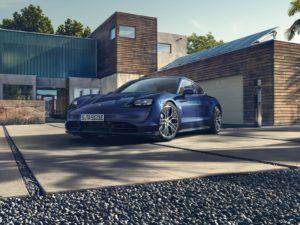 Porsche-Taycan-azul-en-el-garaje