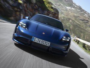 Porsche-Taycan-azul-oscuro-por-delante