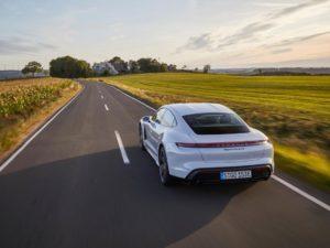 Porsche-Taycan-blanco-por-detras