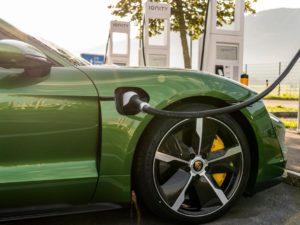 Porsche-Taycan-color-verda-cargador