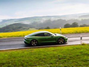 Porsche-Taycan-color-verde-en-el-campo