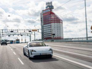 Porsche-Taycan-cruzando-puente