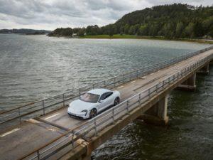 Porsche-Taycan-en-un-lago