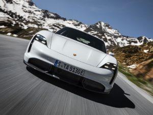 Porsche-Taycan-por-delante