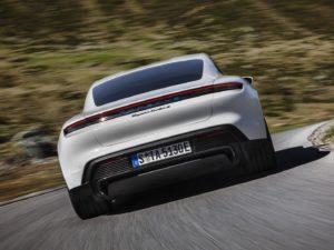 Porsche-Taycan-por-detras-blanco