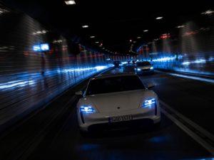 Porsche-Taycan-por-un-tunel
