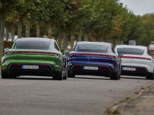 Porsche-Taycan-vista-trasera-de-tres