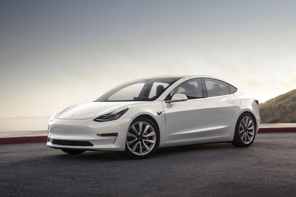 Tesla Model 3 color blanco vista frontal ñateral