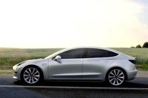 Tesla Model 3 gris aluminio plata de lado
