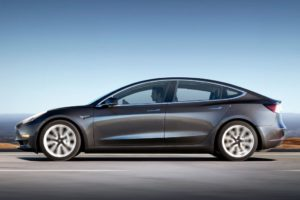 Tesla Model 3 gris oscuro lateral