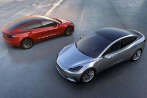Tesla Model 3 gris plata y rojo vista desde arriba