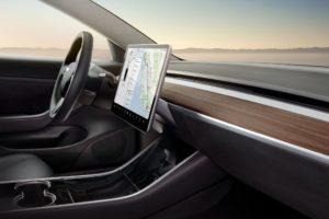 Tesla Model 3 interior madera y cuero negro