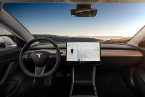 Tesla Model 3 interior piel negra y madera