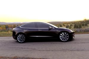 Tesla Model 3 negro de lado