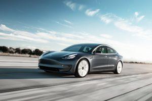 Tesla Model 3 negro frontal de lado