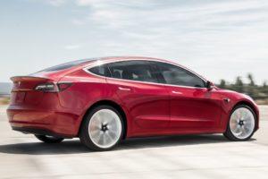 Tesla Model 3 rojo derrapando