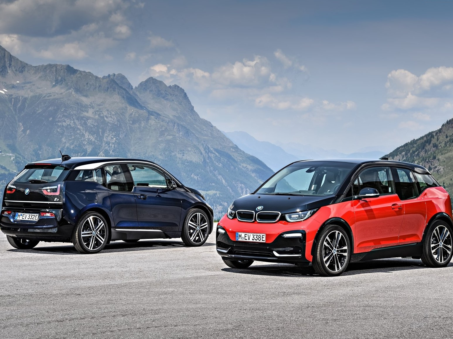 BMW i3 2018 en la cima de la montaña fondo de pantalla