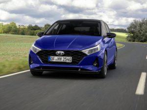 Hyundai i20 (2020) por delante en color azul techo negro