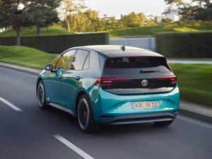 Parta trasera Volkswagen ID.3 en la carretera azul