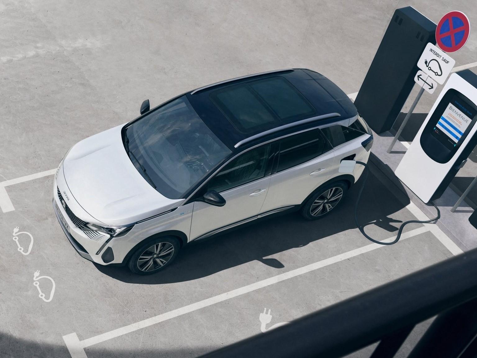 Peugeot 3008 2021 Hybrid cargando con techo panorámico