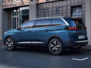 Peugeot 5008 2021 por detras y lateral