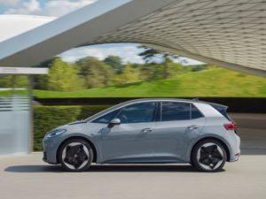 Volkswagen ID.3 de color gris de lado