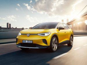 Volkswagen ID.4 2021 de color amarillo en la carretera