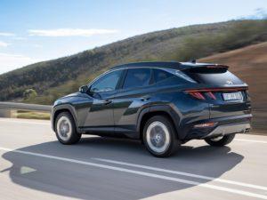 Hyundai Tucson 2021 por la carretera a toda velocidad